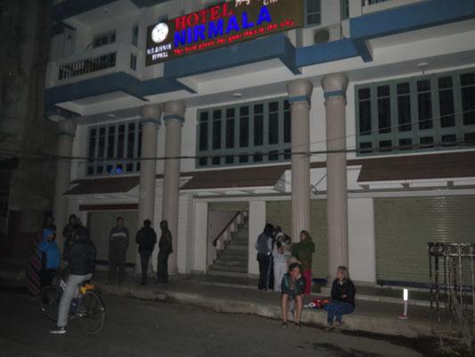 ©www.weltradeln.de - Warten auf dem Bordstein, was nun passiert, nach dem Beben bzw. der Flucht aus dem Hotel...
