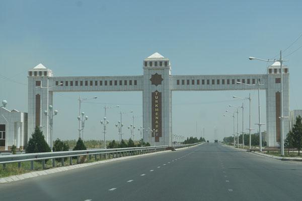 Eingang zu Turkmenabad - sieht aus wie Ashgabat... Protzig... Teuere Unterkünfte...
