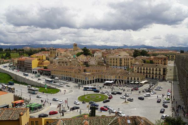 Über diesen prächtigen Platz/Kreisverkehr bin ich in Segovia - korrekt! - eingefahren...