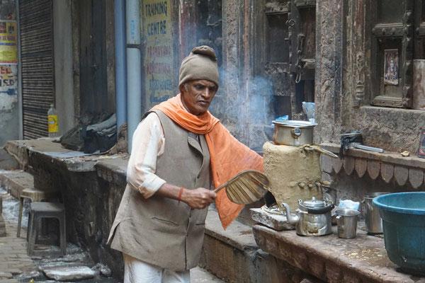 Teeküche in den Gassen Varanasis...