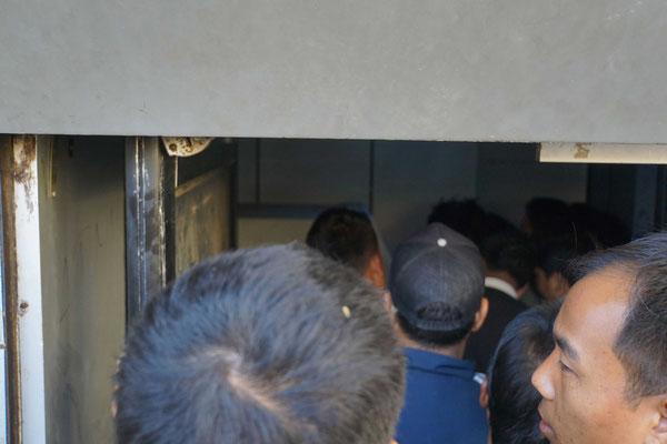 Wimmelbild mit ATM/Geldautomat - wir stehen an vor dem kleinen Lokal mit 2 Automaten, die dann auch Geld ausspucken...