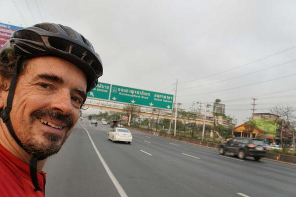 Ausserhalb Bangkoks: 5spurige Stadtautobahnen beeindrucken Passpartu und mich schon lange nicht mehr - zumal es kaum Verkehr hat, stadtauswärts...