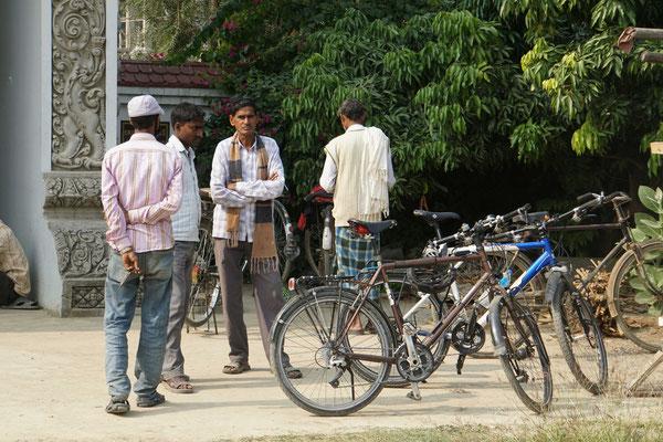 Unsere Velos erregend auf der heutigen Tempeltour in Lumbini immer wieder Aufsehen...