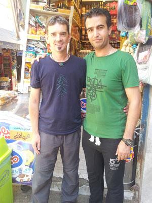 Ich wollte nur schnell Wasser und Früchte einkaufen - der Ladenbesitzer wollte unbedingt ein Foto mit mir - Tourist in Mashad...