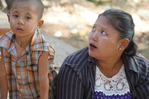 Die Gesichtsbemalung fällt uns in Yangon bei Kindern und Erwachsenen immer wieder auf...