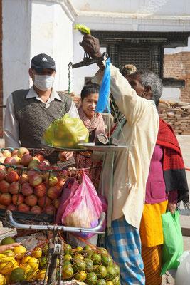 Er verkauft seine Früchte fliegend ab Fahrrad und stemmt täglich wohl einige Kilogram, um die verkaufte Ware zu wiegen... Krafttraining überflüssig...