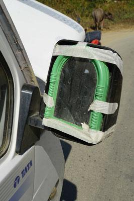 Der Originalrückspielgel des Minibus ist futsch - da hilft der Kosmetikspiegel aus - Autokosmetik auf indisch...