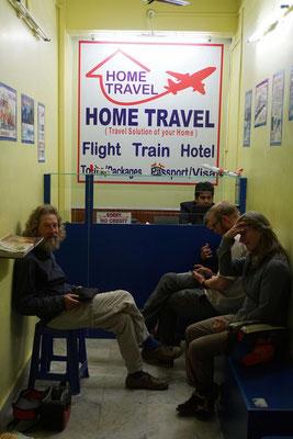Ungläubig im Reisebüro - wo man uns 24 Stunden in den Zug oder 18 Stunden in den Bus stecken will, um einen Flughafen zu ereichen, der Velos abfertigt... Da fasst Frau sich schon mal an den Kopf...