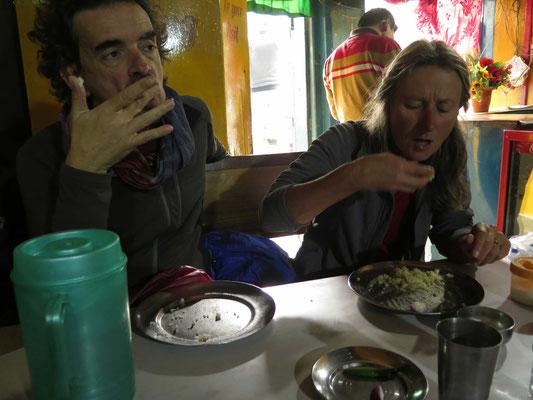 Vor dem Kino noch schnell eine Portion Reis - hier mal von Hand, wie die Locals...