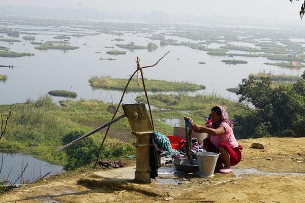 Anwohnerin des Loktak Lake wäschte ihre Wäsche...