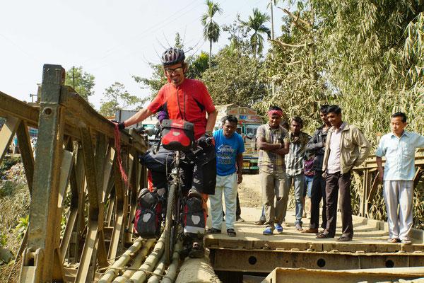 Wie gesagt: Einfach wie die Einheimischen über die Bambusstangen - und immer entspannt lächeln für die Fotografin Karin...