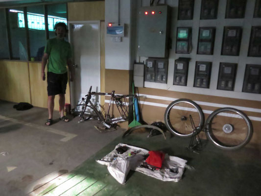 Aus diesen  Teilen habe ICH Passpartu zum Leben erweckt... In der Tiefgarage unserer Gastgeberin in Yangon...