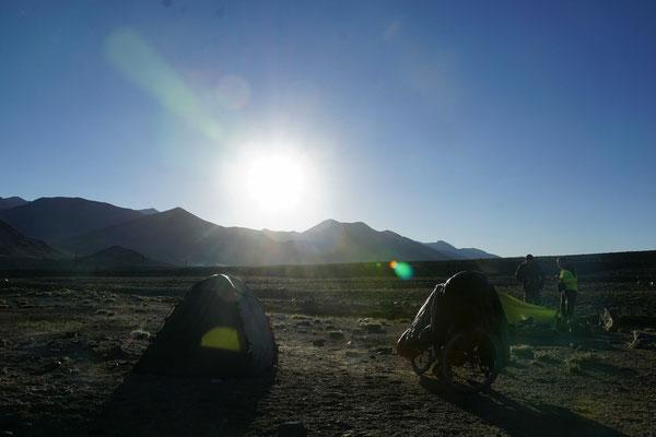 Campingplatz im Sonnenaufgang - der Schlafsack wird jeden Morgen auf Passpartu ausgelüftet...