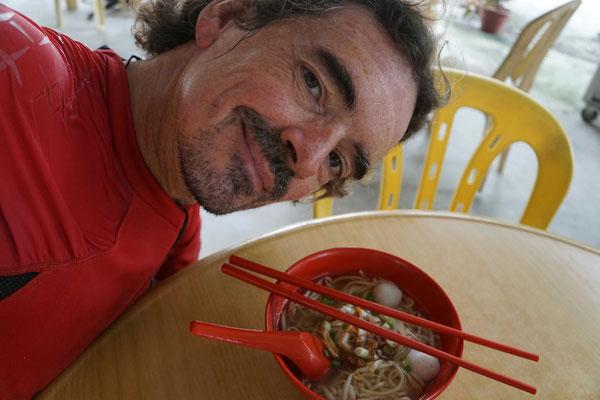 Mein heutiges spätes Frühstück im Srassenrestaurant: Nudelsuppe mit Fleischbeilage. Farblich und geschmacklich genau auf mich abgestimmt...