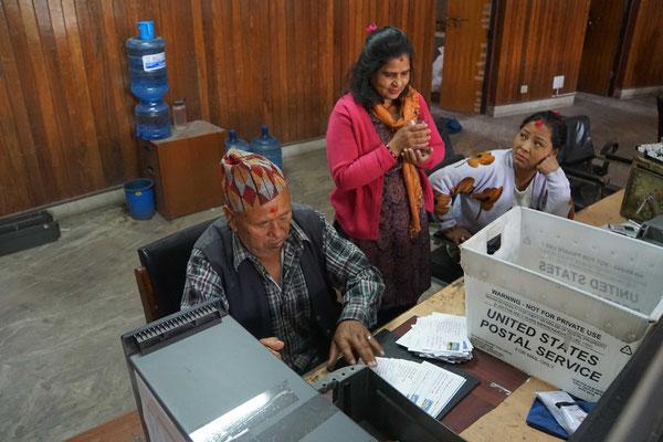 Einer arbeitet, zwei schauen zu - auch eine Form von Teamwork... - Für einmal schauen Frauen zu - die sonst in Nepal härter zu arbeiten scheinen, als Männer...