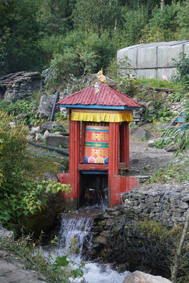 Durch Wasserkraft wird die grosse Gebetsmühle betrieben....