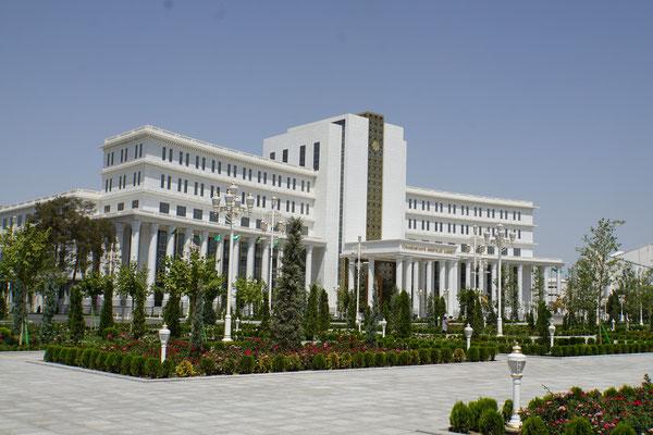 Parlament in Ashgabat - hätte ich vielleicht gar nicht fötelen dürfen....