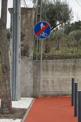 Für de Fall, dass der Radfahrer in die Mauer knallt und selbst dann nicht merkt, dass der Radweg zu Ende ist, wurde noch ein Singal aufgestellt - praktisch, hilfsbereit - sinnvoll...?