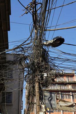 Jeder Haushalt hat ein Kabel - nur welches Kabel gehört zu welchem Haushalt - ein typisches asiatisches Strassenbild...