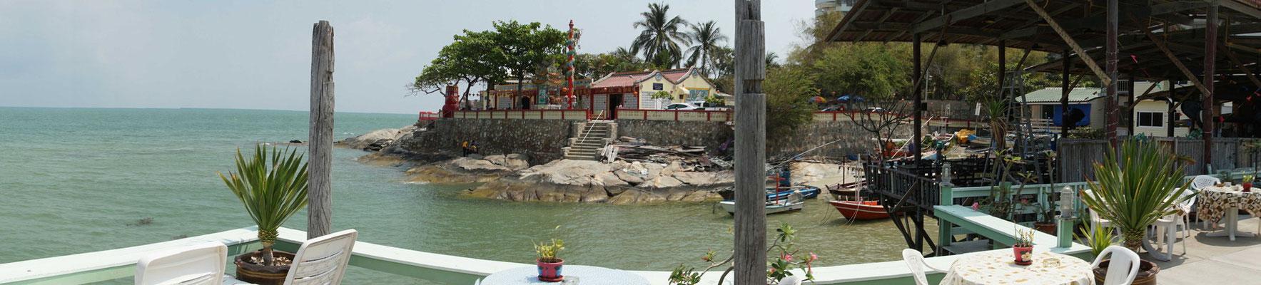Blick von der Terrasse über das Meer und zum chinesischen Tempel....