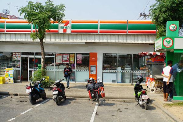 """Was wäre Thailand ohne 7Eleven? Passpartu hat sich bei den """"Grossen"""" eingereiht - während ich einkauen war - Velofahren hier macht DURSTIG..."""