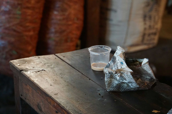 Der Tee wird im Plasticbecher serviert - Zeitungspapier dient als Teller...