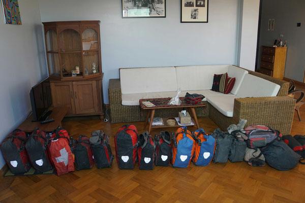 Das Gepäck von 3 Radlern fein säuberlich aufgereiht vor der Abreise bei Nicole in Yangon - TAUSEND DANK FÜR DIE GASTFREUNDSCHAFT...!!!