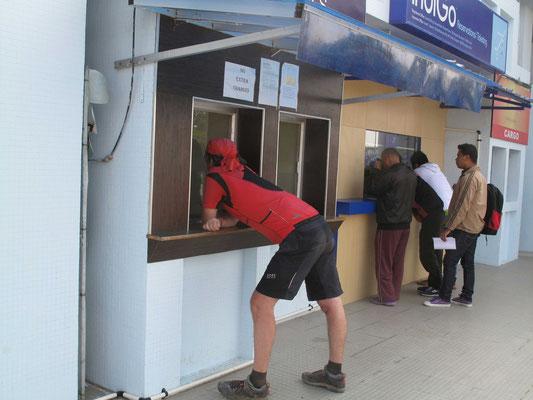 Am Schlater des Reisebüros am Flughafen in Imphal versucht Kirtap die notwendigen Referenzen für die Onlinebearbeitung der Buchungen zu erfahren...
