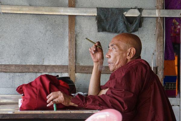 Mönch bei der Tee- und Zigarrenpause...