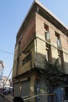 Eines der wenigen beschädigten Häuser, die wir in der Innenstadt gesehen haben...