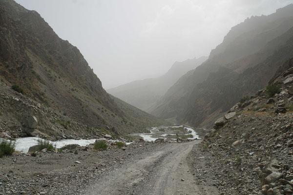 so geht es talwärts Richtung Kalaikhum