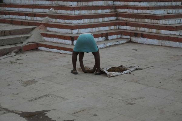 Auch das ist Indien 2015: Er räumt VON HAND Kuhscheisse weg...