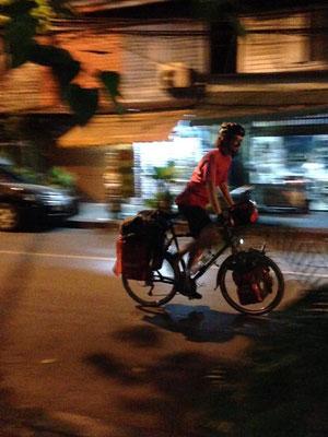 Kurz nach 06.00 flitzen Passpartu und Kirtap dann durch die noch ruhige Nebenstrasse vor dem Homestay - dem Morgenverkehr Bangkoks entgegen...