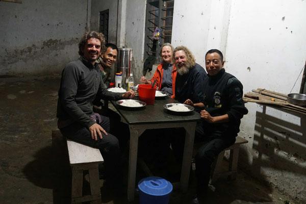 Beim Militärcheckpoint durften wir unsere Zelte aufstellen, sicher übernachten und wurden zum Nachtessen mit Chickencurry eingeladen - würden drei indische Radler von der CH-Armee auch zum Nachtessen eingeladen...? Ich zweifle...!!