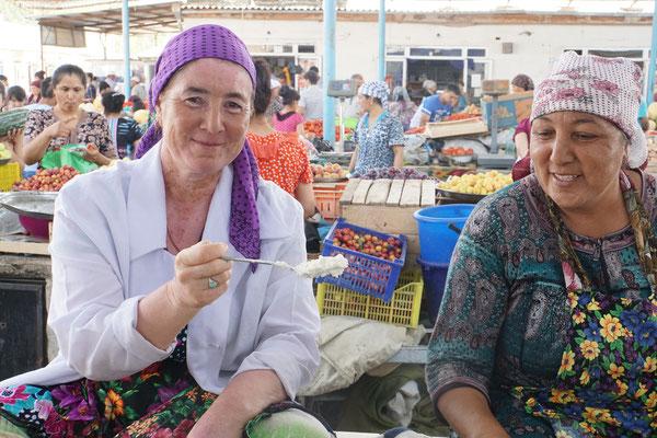 Im Bazar von Olot (Alat) - ich fragte eine Marktfrau, ob ich sie fotografieren dürfe - da wollten plötzlich alle aufs Bild und haben sich bedankt, dass sie fotografiert wurden...