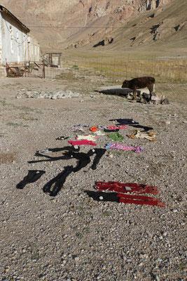 Die Wäsche der Familie trocknet - und wird irgendwie grad wieder schmutzig nach Westlogik...
