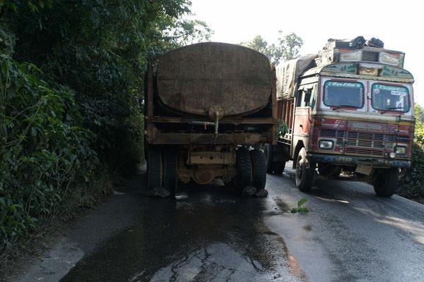 """Beim LKW links handelt es sich um ein Pannenfahrzeug. Das erkennt man ganz einfach an den Zweigen, die rechts am/neben dem Fahrzeug angebracht sind - Pannendreiecke oder so kennt """"der Inder"""" nicht... Das geladene Wasser läuft aus..."""
