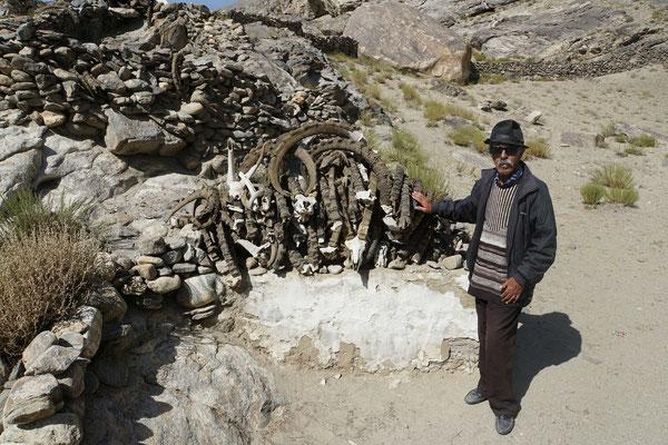 Im Shrine mit den Yak-Geweih...