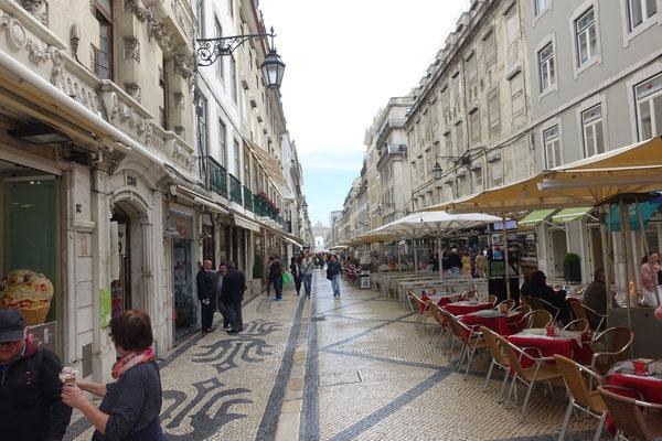 D i e    Nobelstrasse Lissabons, die Rua Augusta in Richtung TEJO