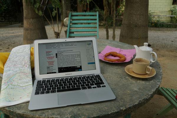 Kirtaps Büro im Hotelgarten in Sauraha bei Tee und Roti...