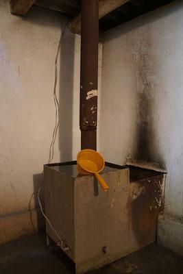 Hier wird das warme Wasser aufbereitet - mit der Schöpfkelle übergiesst man sich dann - HERRLICH...!!!