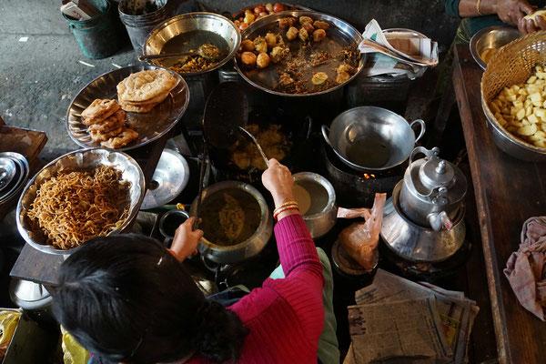 Küche auf dem Frauenmarkt - auf kleinster Fläche werden div. Gerichte angeboten - alles frittiert - lecker - günstig...