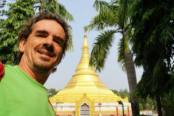 Vor dem Myanmar Golden Temple in Lumbini - richtig nach Myanmar fahre ich ja erst...