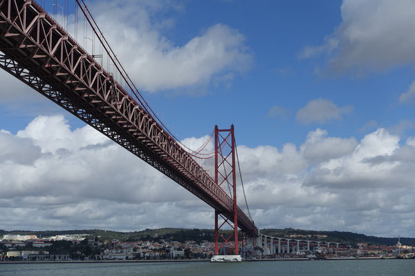Hängebrücke, oben für Fahrzeuge, darunter für die Eisenbahn