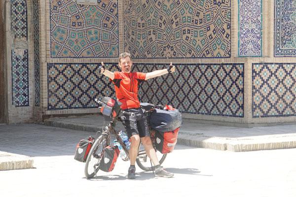 Bukhara - hinter einer dieser Türem fand Mischa dann ein grosses Kinderschwimmbecken, in welches wir uns dann einfach gelegt haben - nicht nur zur Freude der Bewohner... aber es TAT VERDAMMDT GUT!