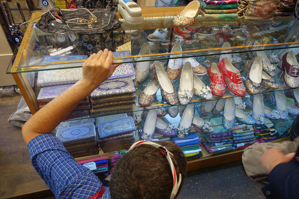 Kirtap berät seine Schwester beim Kauf von Schuhen - und versucht dann den Preis zu drücken...