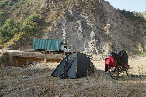 sicherer Zeltplatz mit sehr guter Verkehrsanbindung