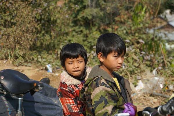 Kinder bestaunen unsere Velos am Loktak Lake...