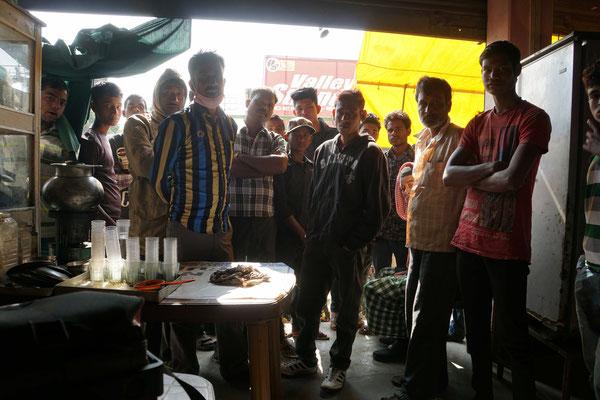 Noch in Assam: Wir trinken mit dem Rücken zur Wand sitzend Tee - und werden von vorne durch immer mehr Schaulustige bedrängt - verlassen das Restaurant früher, als wir wollten...