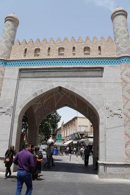 Eingang zur Haupteinkaufsstrasse von Tabriz - quasi der Bahnhofstrasse...